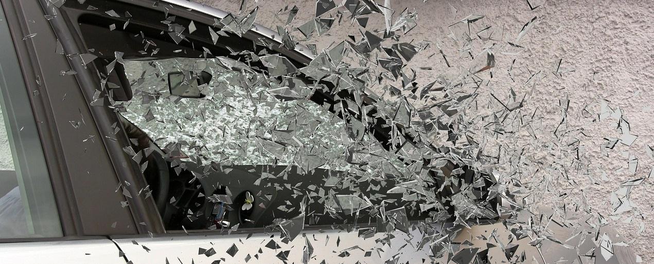 Accidente de auto choca contra pared vuelan vidrios